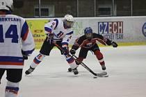 Hokejoví starší žáci HC Rokycany (v bílém) pokořili v dohrávce Strakonice