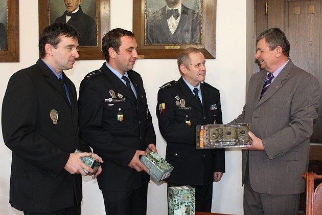 Představitelé okresního města zabezpečili nákup pěti nejmodernějších fotopastí. Se zabudovaným čidlem, přesným datem pořízení snímků, vysokou rozlišeností, atd.