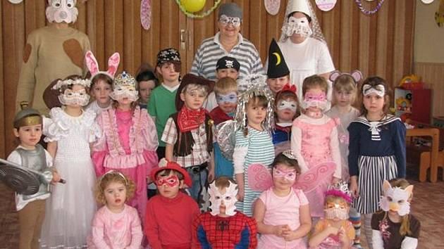 Páteční dopoledne zahájila ejpovická mateřinka netradičně.  Hned po svačině zpestřil dětem běžnou hru karneval v maskách.