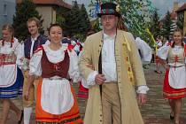 KAREL ŠMOLÍK v roli kecala s partnerkou Štěpánkovou Bartošovou vedli v Hrádku padesát krojovaných májovníků na náměstí. Po taneční kreaci následoval v sobotu náročný pochod městem a večer se aktéři opět sešli na parketu.