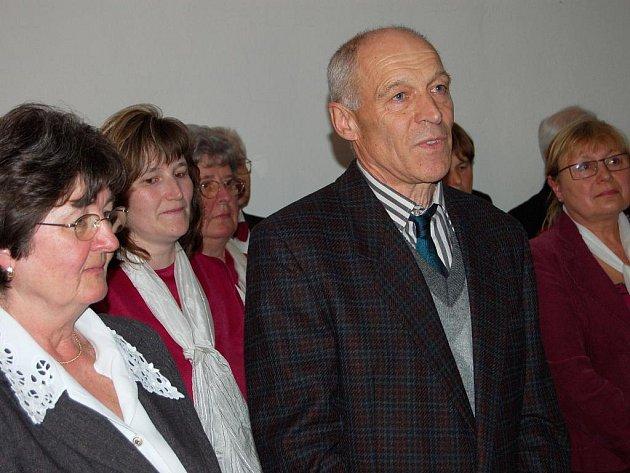 Stanislav Bukovský z Plzně dovezl do rokycanského Muzea dr. Bohuslava Horáka expozici, týkající se domácího odboje ve II. světové válce.Vedle něho je při vernisáži ředitelka zařízení Miroslava Šandová.
