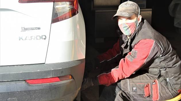 Pneuservis při silnici z Rokycan na Dobřív fungoval v sobotu do 12 hodin.