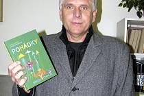 Petr Kůs se nám do redakce přišel pochlubit novinkou, knihou jíž právě vydala rokycanská Agentura AM art. Jsou jí Pohádky z brdských hor Václava Vokáče.