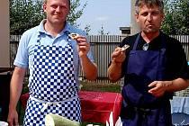 Stále v obležení byl v házenkářském areálu ve Stupně stánek Jana Bauera a Tomáše Elšlégra (zleva) ze Všenic. Šikovní kuchaři nabídli hráčkám i fanouškům množství zajímavých pokrmů.