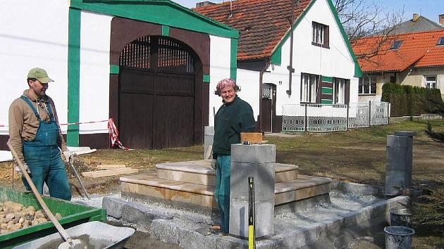 Pracovníci odborné plzeňské firmy Tomáš Taras a Zdeněk Polena (na snímku zleva) už zahájili přípravné práce na chystané umístění sochy svatého Jana Nepomuckého.