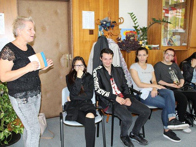 PŘÍMO V PROSTORÁCH Probační a mediační služby Rokycany její vedoucí Zdeňka Blažková zodpovídala dotazy studentů Gymnázia a Střední odborné školy Rokycany.