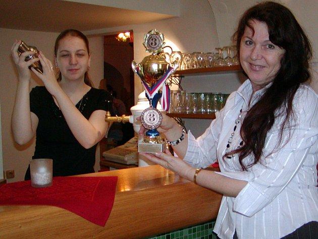S bronzovou medailí a pohárem se  z celostátní barmanské soutěže Stará myslivecká vrátila Eliška Černochová (vlevo) ze Středního odborného učiliště v Jeřabinové ulici.