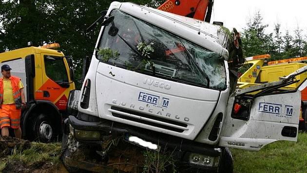 Nehoda nákladního vozidla zaměstanala hasiče, policisty i záchranáře.