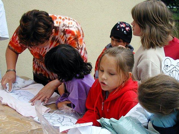 Výtvarníci z prvního běhu příměstského tábora v Domě dětí a mládeže se pustili do frotáže triček.