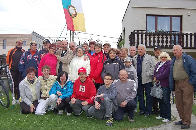 Nadšenci v karavanech. Dvanáctá cyklorallye Caravan clubu Plzeň se odehrávala na okraji Rokycan. Hostiteli početné skupiny přátel se stali manželé Hoškovi (v horní řadě je paní čtvrtá zleva se svým partnerem).