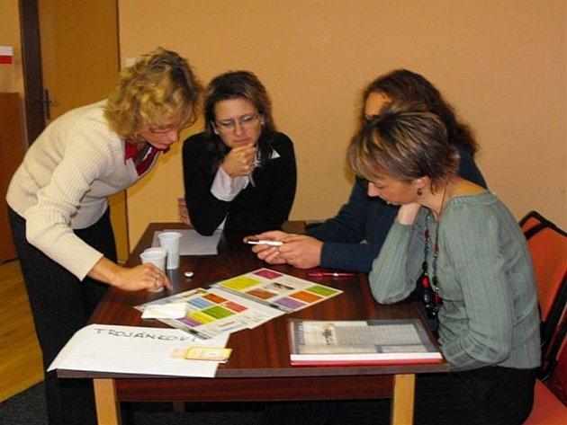 Skupina maminek na mateřské dovolené teď čtyřikrát v týdnu navštěvuje rokycanskou sokolovnu kvůli programu ekonomické gramotnosti.