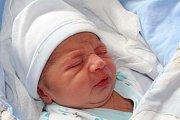 TONY ORAČKO z Radnic bude mít ve svém rodném listu datum narození 28. dubna. Přišel na svět pět minut před pátou odpoledne. Maminka Michaela a tatínek Štefan věděli dopředu, že jejich první dítě bude chlapeček. Malý Tony vážil 2540 gramů, měřil 46 cm.