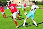 NETRADIČNĚ V ČERVENÉM nastupovali fotbalisté TJ Volduchy k zápasu 1. B třídy ve Městě Touškově. S číslem 14 předvedl tuto taneční kreaci Škarda, vlevo ho sledoval Straka.