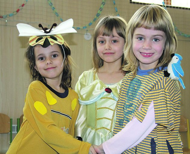 Čtvrteční maškarní karneval v ZŠ ulici Míru si děti užily. Zvláště děvčata se slavnostně vyšňořila, na snímku jsou Ludmila Kalná, Veronika Hegnerová a Lenka Filipová.