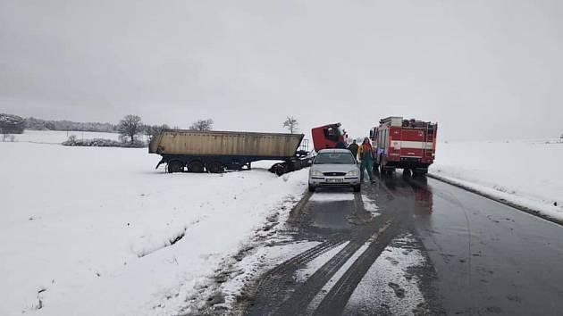 Havarovaný kamion zůstal v zasněženém poli.