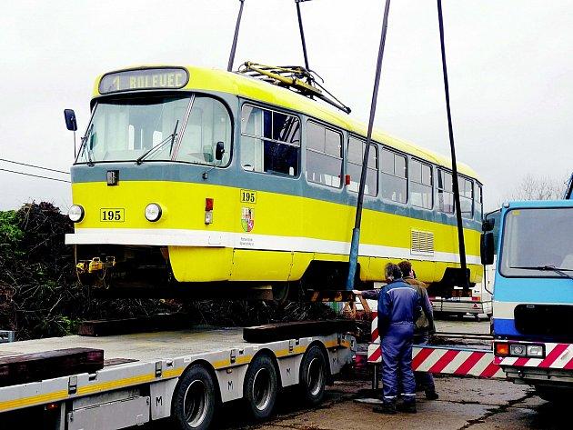 Na třicet metrů kolejí, pro ni postavených, vyjela ve strašickém Muzeu dopravy tramvaj T3. Transport z Plzně nebyl snadný.