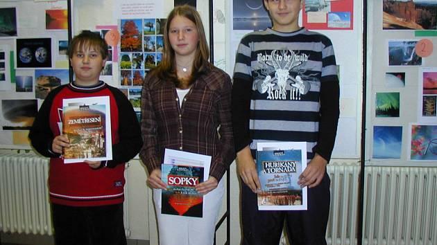 V internetové soutěži hrádecké základní školy si nejlépe vedla Lucie Vondrášková (uprostřed), na druhém místě skončil Karel Pinker (vpravo) a na třetím Jan Morochovič (vpravo).
