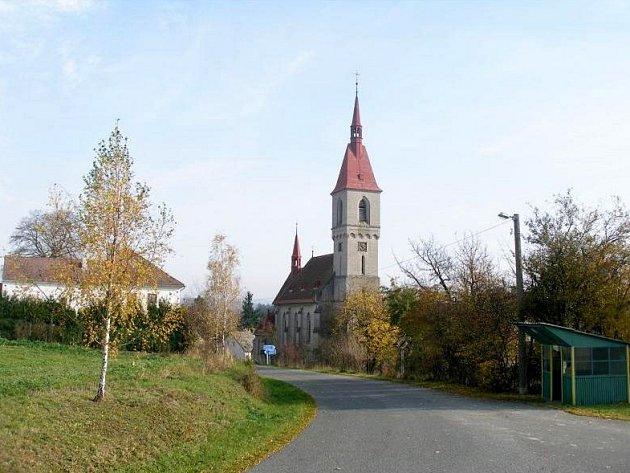 Kostel v obci Mešno (ilustrační fotografie)