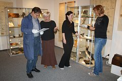 JEŠTĚ poslední kontrola exponátů podle seznamu a hosté mohou přijít. Včerejší dopoledne bylo v Muzeu dr. B. Horáka, jež slaví 110. výročí vzniku, velice hektické. Vždyť se najednou chystaly tři vernisáže!