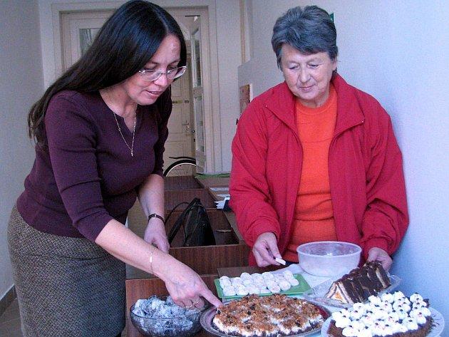 Zdeňka Šuterová (vpravo) se akce účastnila Masarykových cukrovím, ale to už na mísy Jana  Frü– haufová s kolegyněmi stačily navršit višňové, jablečné i kokosové řezy, rychlou bábovku,  ořechové  šátečky,  jogurtový  koláč  a  další z osmnácti dobrot.
