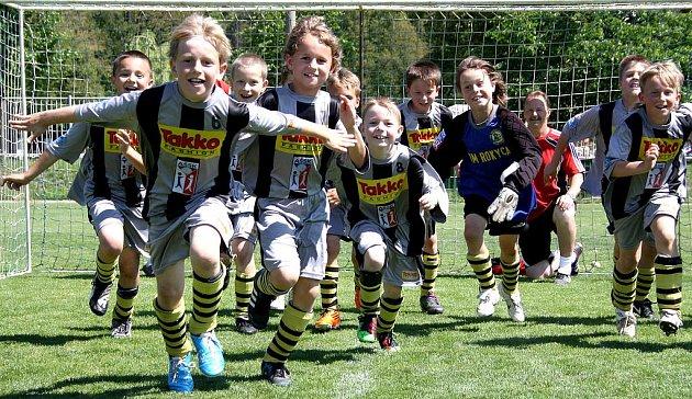Obrovská radost zaplavila  hráče kopané ze Základní školy Čechova v Rokycanech. Nasazené teamy zvítězily v obou věkových kategoriích,  postupují proto do dalších bojů  Mc  Donald´s Cupu.