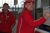 Reprezentační výběr hokejistů do dvaceti let má v roli hlavního kouče na povel Miroslav Přerost (vpravo). Jedním z asistentů se stal Jiří Kučera působící v extralize na litvínovské střídačce.