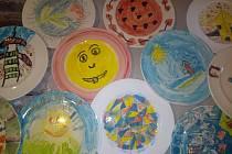 Děti dekorovaly talíře.