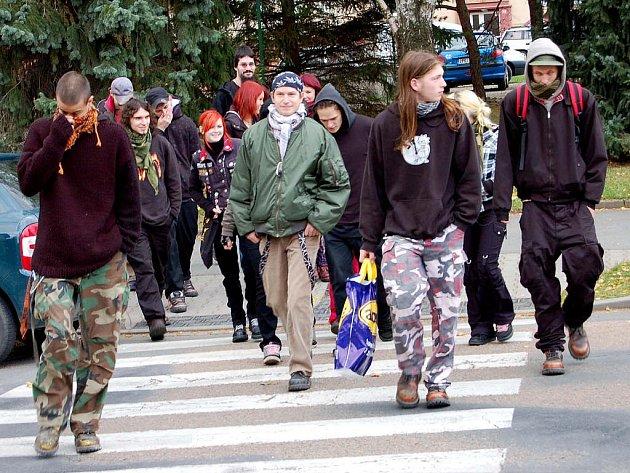 Rokycanské sídliště U Václava bylo v sobotu odpoledne dějištěm policejních manévrů. Připravena byla pořádková jednotka, ovšem demonstrace hnutí Antifa se obešla bez výstřelků .