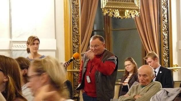 Občan Srb vstoupil do diskuze jako první. Položil řadu otázek.