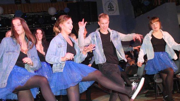 Rokycanští gymnazisté plesali