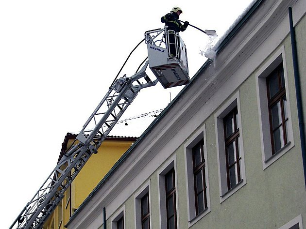 Nebezpečné převisy sněhu ve čtvrtek likvidovali na žádost města rokycanští hasiči.