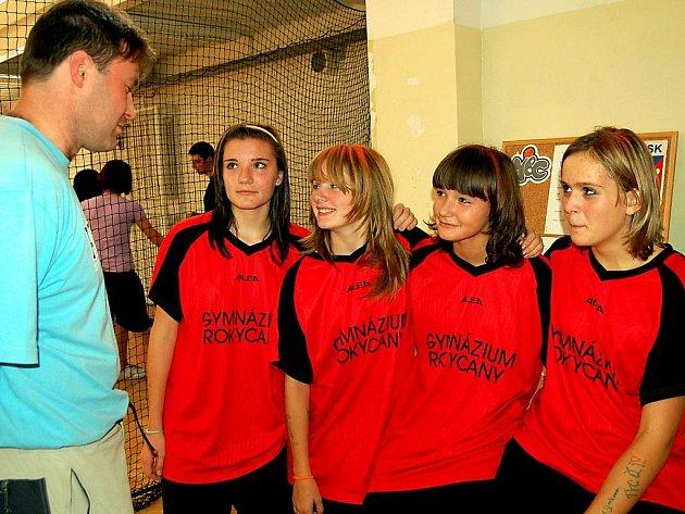 Okresní finále základních škol se ve středu týkalo nadějných házenkářek.  V hale rokycanského gymnázia skončila domácí děvčata třetí, když v semifinále těsně podlehla ZŠ TGM.