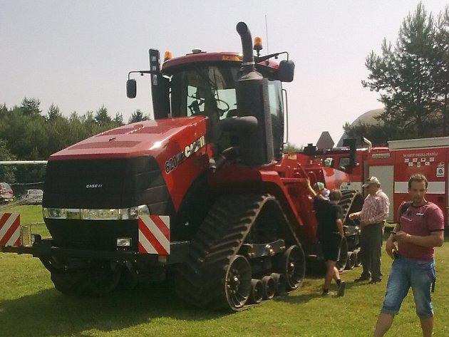 VE LHOTCE závodily v horké sobotě tovární i podomácku vyrobené traktory a jiné stroje.