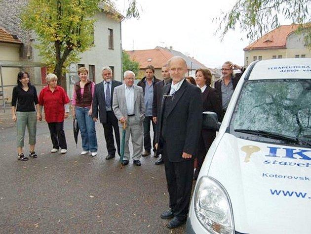 Zástupci terapeutické komunity v Mýtě převzali pro provoz zařízení nezbytný automobil.
