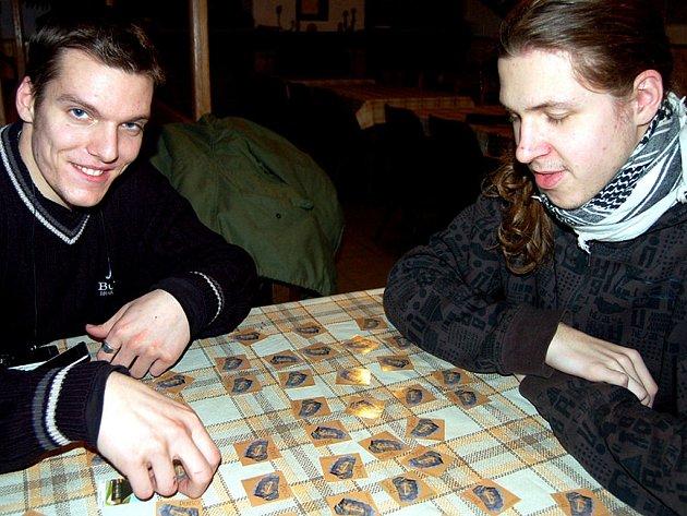 V sobotním turnaji rokycanských skautů v pexesu si to o bronz rozdali Libor Maštálka a Vlastimil Táborský (zleva).