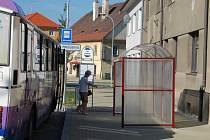 Smutní a rozčarovaní jsou manželé Zajícovi z rokycanské Pražské ulice.  Přímo před jejich okny a navíc na chodníku je umístěna nová autobusová čekárna.