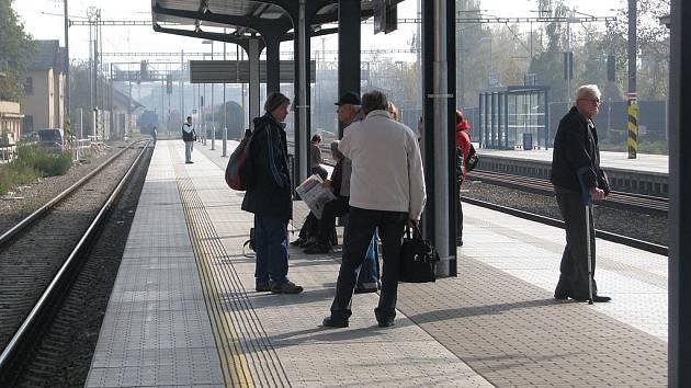 Cestující z Rokycan čekají na vlak do Plzně. Odjezdy a příjezdy se i nadále řídí podle výlukového jízdního řádu.