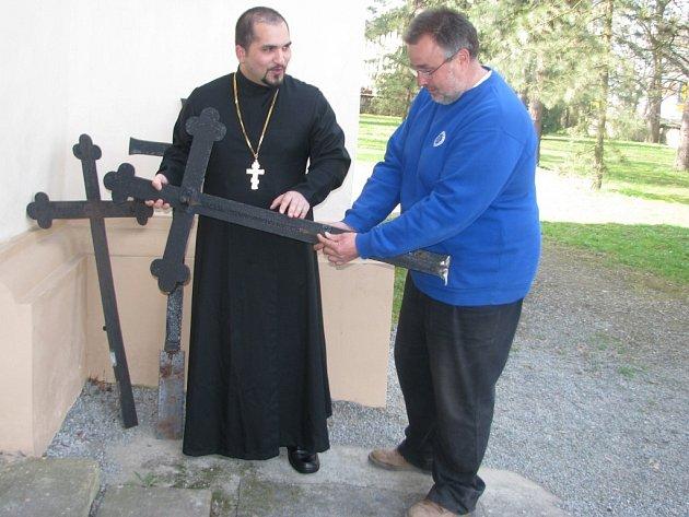 David Dudáš, pravoslavný kněz (vlevo) a   Václav Chlupsa prohlížejí opotřebení úchytů kříže