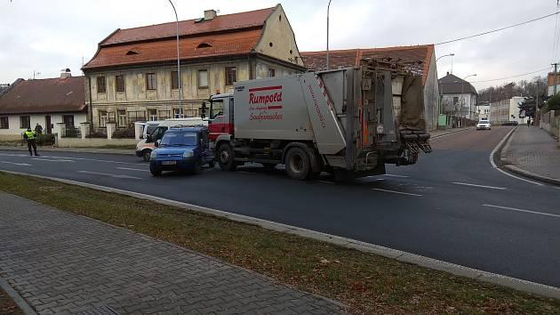 Křižovatka ulic Soukenická a Dvořákova byla blokována popelářským vozem.
