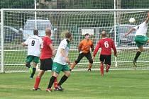 Cheznovice - Mirošov 3:2.Cheznovický Karel Hlavička (ve výskoku) se takhle trefil v 56. minutě zápasu okresního přeboru mužů proti Mirošovu a poslal svůj tým do vedení 2:1.