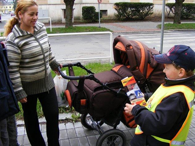 Děti z rokycanské mateřinky Harmonie pomáhaly policistům na přechodech pro chodce.
