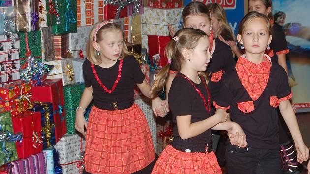 VOLDUCHY tleskaly v pátek večer nejen trojici známých zpěváků, ale i domácím umělcům. Školáci mimo jiné nacvičili vystoupení s tématem kovbojských variací.