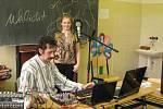 Pavel Justich (vlevo) vše zaznamenává na nahrávací zařízení.