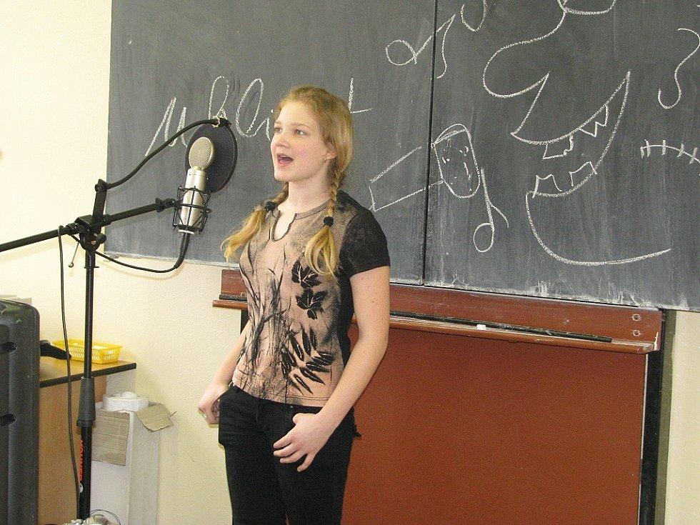 Hana Koreisová se připravuje na pěveckou soutěž Solasido. Zrovna zpívá píseň Malovaný džbánku.