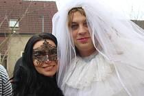 V ZÁPLAVĚ klabavských masek nemohla chybět ani okouzlující nevěsta. Stihla se před průvodem zodpovědně oholit!