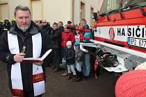 Duchovní z Rokycan Marek Winiarski vysvětil v sobotu odpoledne oba přírůstky vozového parku SDH Mirošov.