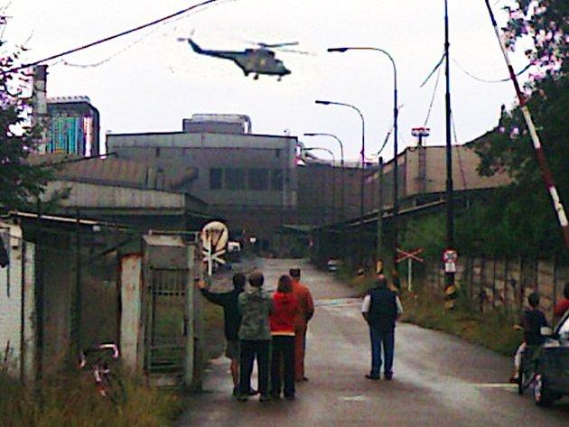 Dvě helikoptéry musely přiletět na pomoc do areálu hrádeckých železáren. Po čtvrtečním výbuchu ve fabrice odvážely před šestnáctou hodinou popálené dělníky do pražských specializovaných nemocnic.