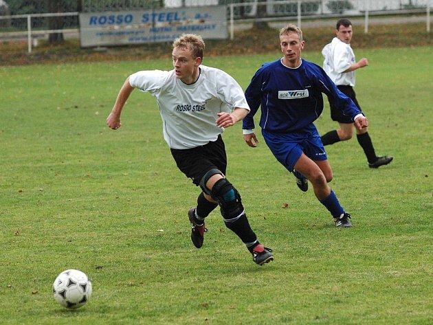 Fotbalisté Čechie Příkosice (v bílem vpředu je Pavel Hrubý, vzadu Lukáš Krajdl) podlehli na domácím pažitu Kaznějovu 0:1.