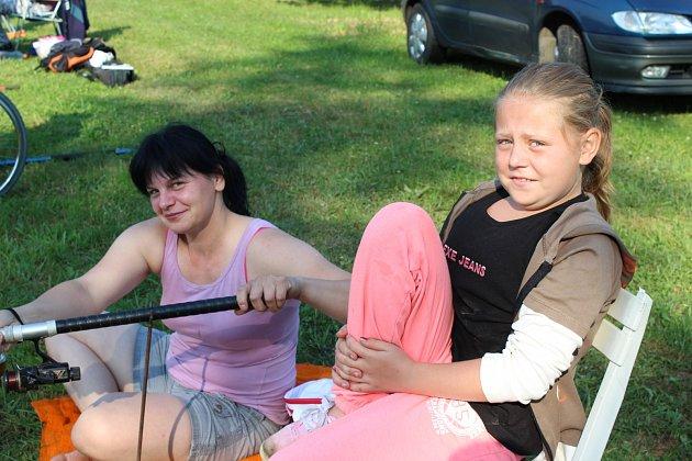 PETRA NESVADBOVÁ (Vlevo) z Olomouce patřila k nejvzdálenějším účastníkům rybářské soutěže v Kornaticích. Vedle sedící Karlína Šlajsová z Milínova to měla, co bys kamenem dohodil.