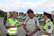 DOPRAVNĚ BEZPEČNOSTNÍ AKCE BYLA v minulém týdnu zaměřená na cyklisty a motoristy. Na snímku mluvčí PČR Hana Kroftová (vlevo) předává cyklistovi reflexní pásku.